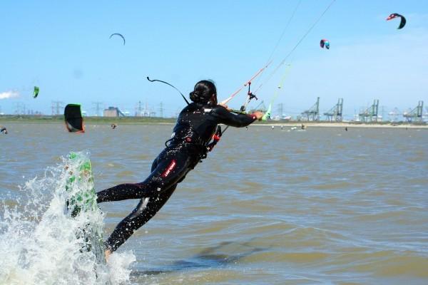 Kiten lernst Du in Holland am besten in einem grossen Stehrevier wie bei LearnKiteboardingNow.de in Oostvoorne, Holland