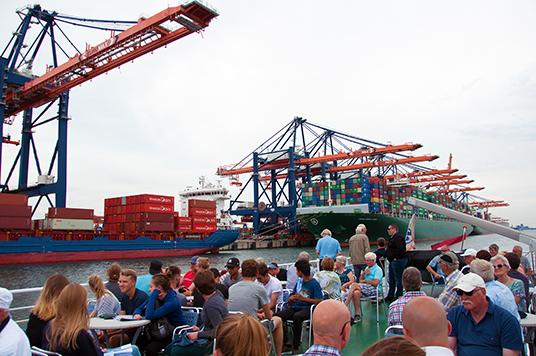 Die Hafenrundfahrt: Das Sonnendeck des Rundfahrtschiffes