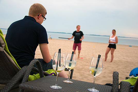 Zur Beacholympiade ein Begrüßungscocktail auf der Strandliege